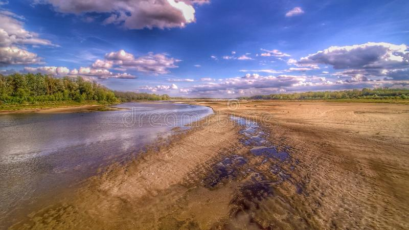 Взгляд на одичалом береге реки Вислы в Jozefow около Варшавы в Польше стоковое фото