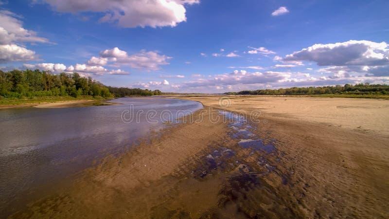 Взгляд на одичалом береге реки Вислы в Jozefow около Варшавы в Польше стоковые изображения rf