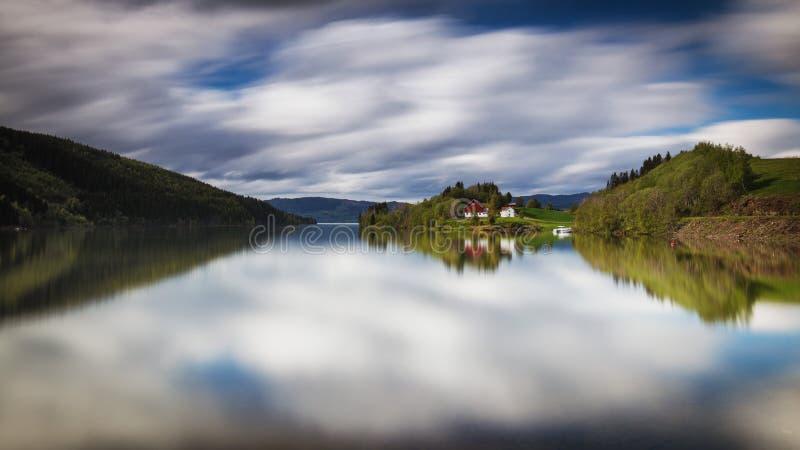 Взгляд на озере Selbusjoen в Selbu, выдержка долгого времени снятом на двигая облаках стоковое изображение rf