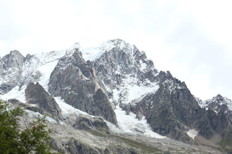 Взгляд на панораме в итальянских горных вершинах стоковые изображения rf