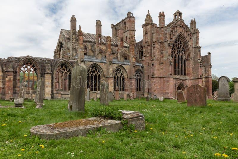 Взгляд на руинах аббатства Мелроуза в шотландских границах стоковое изображение