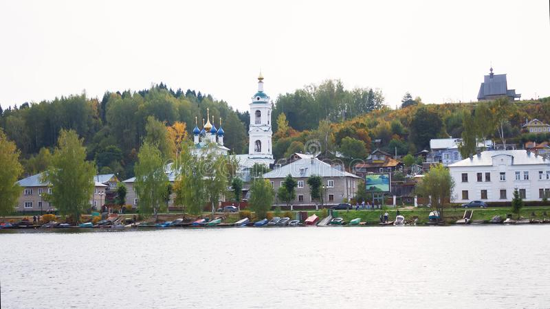Взгляд на русском историческом городке Plyos на Реке Волга от moving туристического судна на заходе солнца стоковое изображение