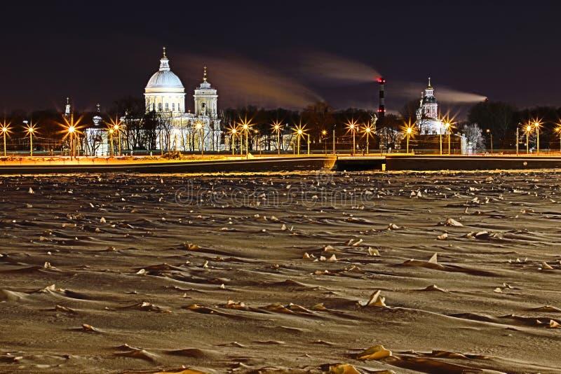 Взгляд на Святом Александре Nevsky Lavra в Санкт-Петербурге, России в ночи зимы стоковое изображение rf