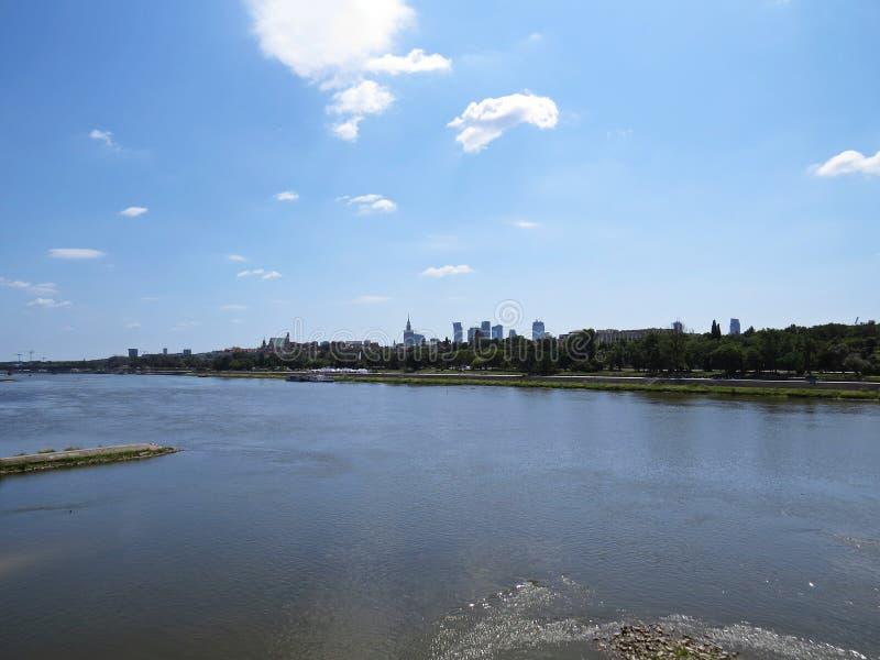 Взгляд на соединении панорамы Варшавы и контрасте исторического города и современная современная архитектура над Рекой Висла стоковые изображения