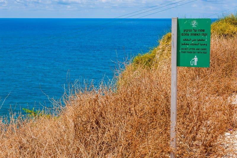 Взгляд на Средиземном море от скал Rosh Hanikra с плитой данным по парка Natianal о засаривать стоковые фото