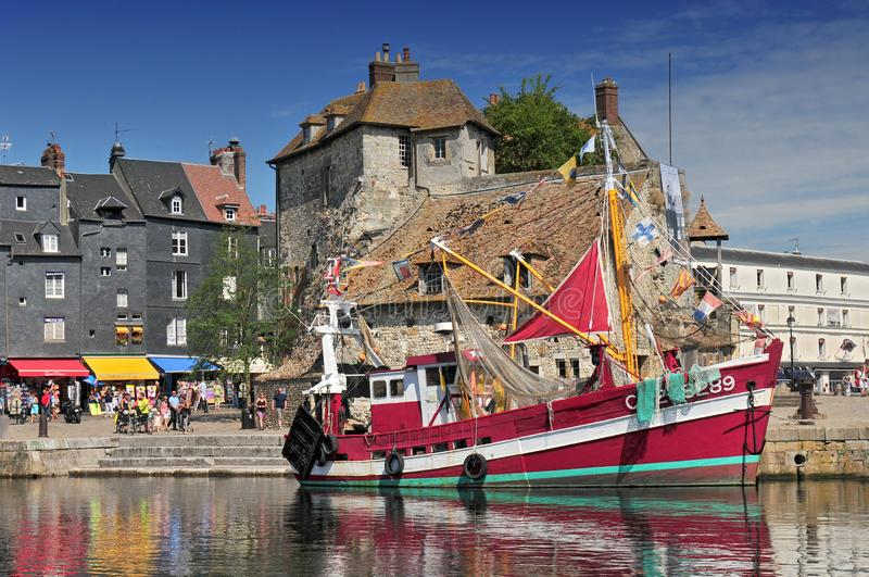 Взгляд на старой гавани Honfleur Кальвадоса Франции стоковое изображение rf