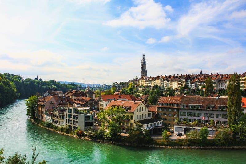 Взгляд на старом городке с рекой и мосте в Bern стоковая фотография