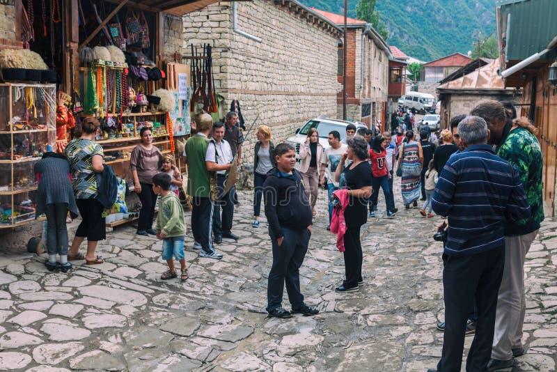Взгляд на улице Huseynov булыжника, главная улица улицы деревни Lahic гористой Азербайджана, с зданиями, магазины и стоковое фото