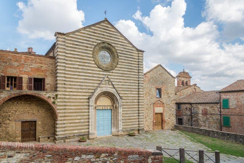 Взгляд на церков Сан Francesco в Lucignano - Италии, Тоскане стоковая фотография rf