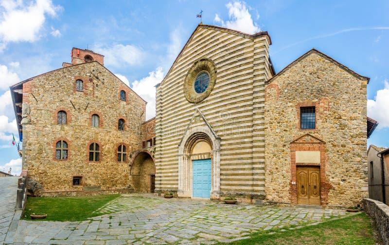 Взгляд на церков Сан Francesco в Lucignano - Италии стоковые изображения