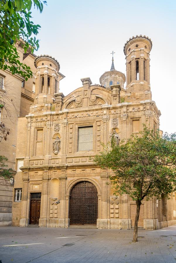 Взгляд на церков St. Thomas в улицах Сарагосы в Испании стоковые изображения