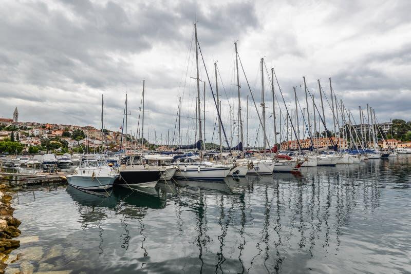 Взгляд на яхте, гавани, Адриатическом море и малом хорватском городке Vrsar, Хорватии стоковые изображения rf