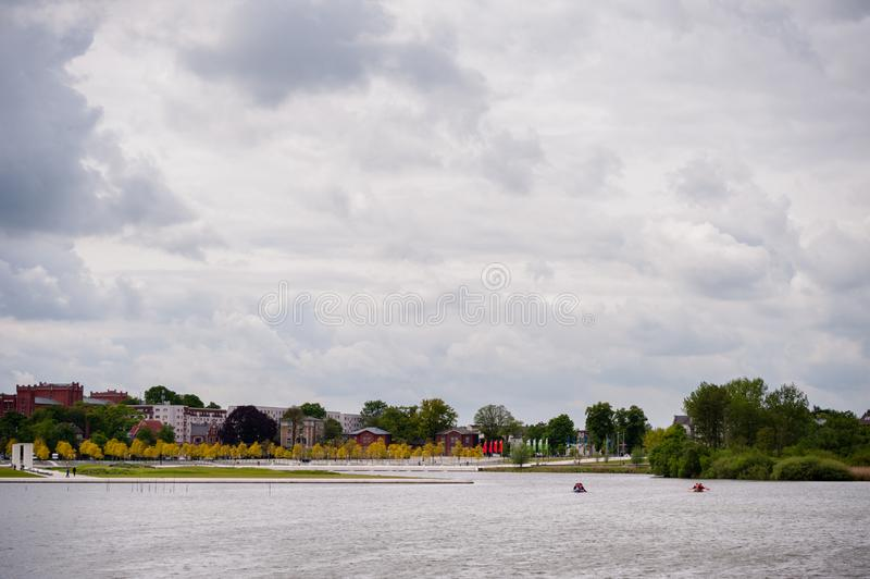 Взгляд на Burgsee, озере замка, в Шверине, Германия на дне overcast стоковые изображения
