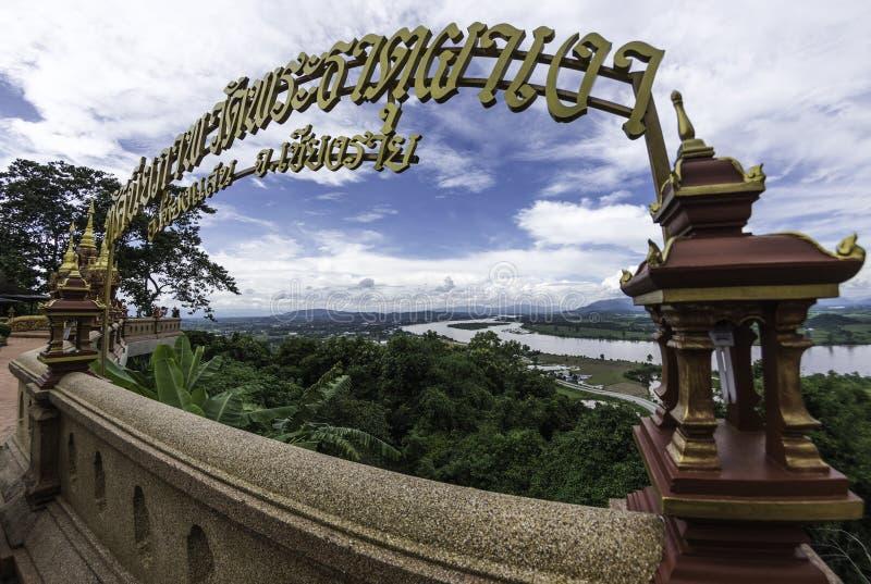 Взгляд на Phra Dhat Pha Ngao с славным небом и рекой Khong золотыми стоковые изображения
