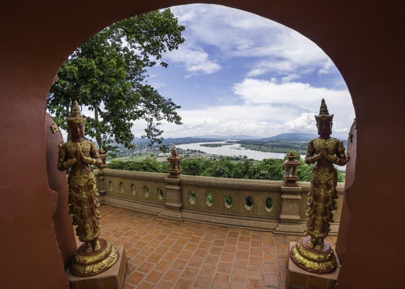 Взгляд на Phra Dhat Pha Ngao с славным небом и рекой Khong золотыми стоковые фото