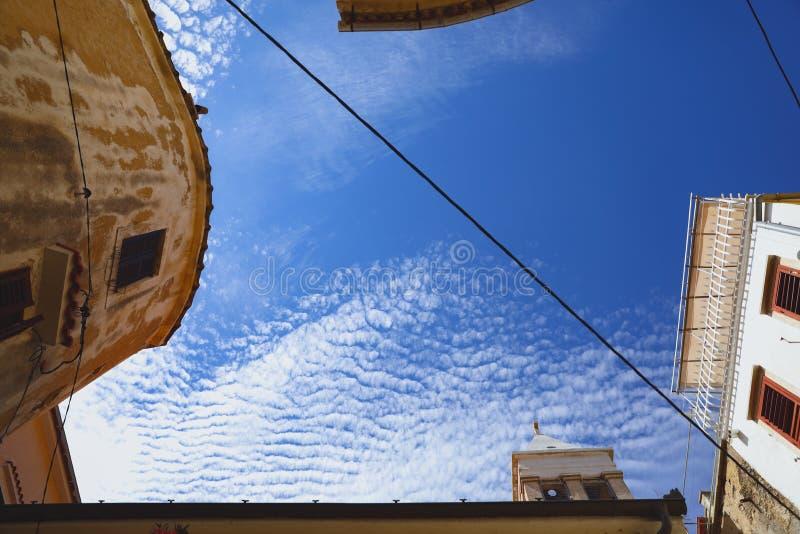 Взгляд неба лета с улиц в старом европейском городе стоковые изображения