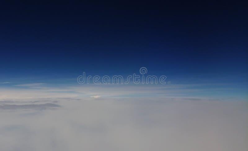 Взгляд неба принятый на 33.000 футы стоковые фото