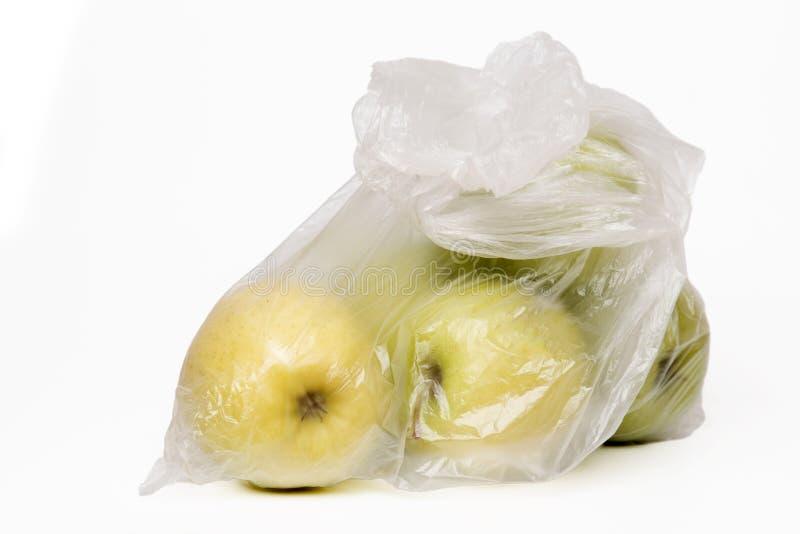 Взгляд некоторых желтых яблок внутри полиэтиленового пакета стоковая фотография
