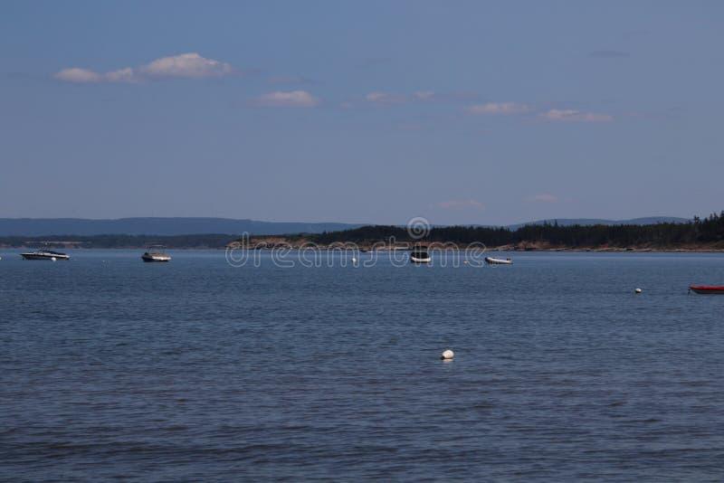 Взгляд нескольких шлюпок причаленных в заливе стоковые фотографии rf