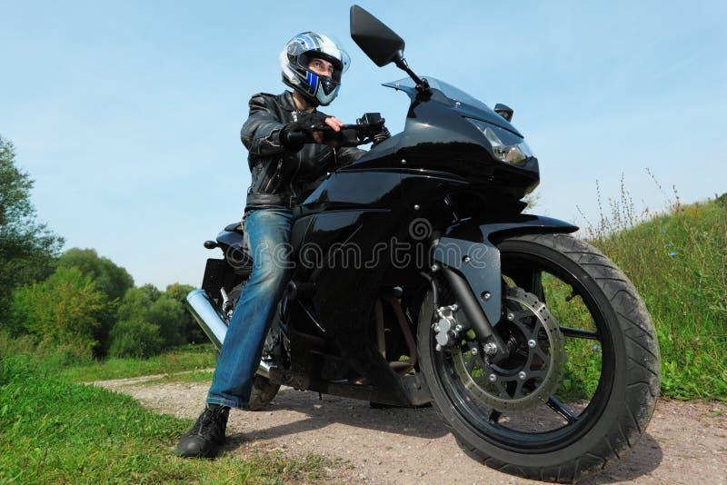 взгляд нижней дороги motorcyclist страны стоящий стоковые фото