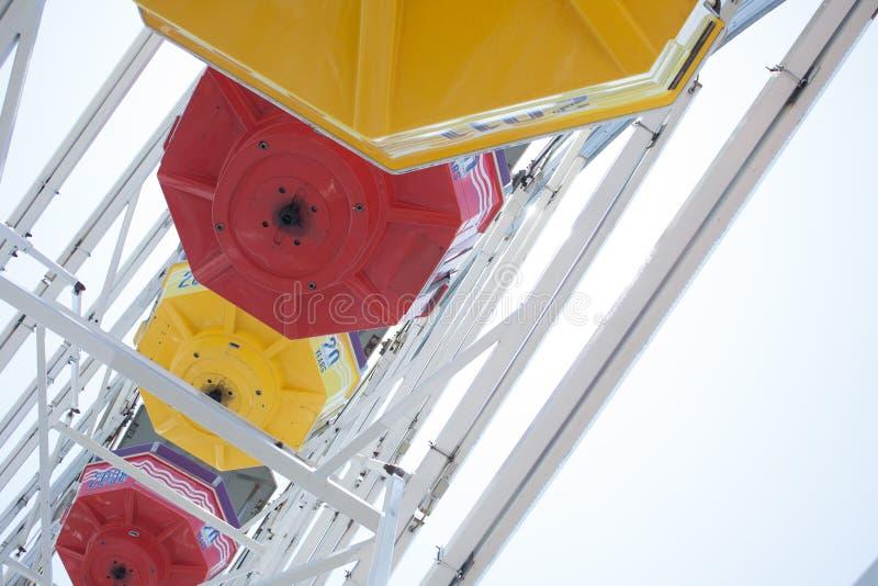 Взгляд нижней стороны колеса ferris стоковое фото rf