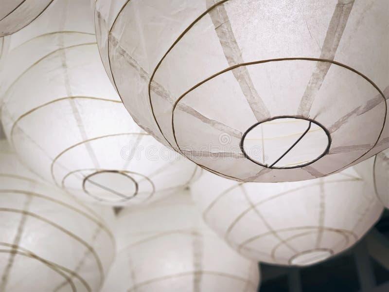 Взгляд низкого угла вися белых декоративных фонариков стоковые изображения