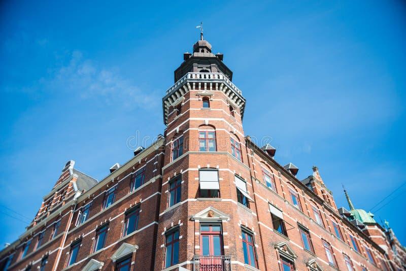 взгляд низкого угла здания против яркого голубого неба стоковое фото rf