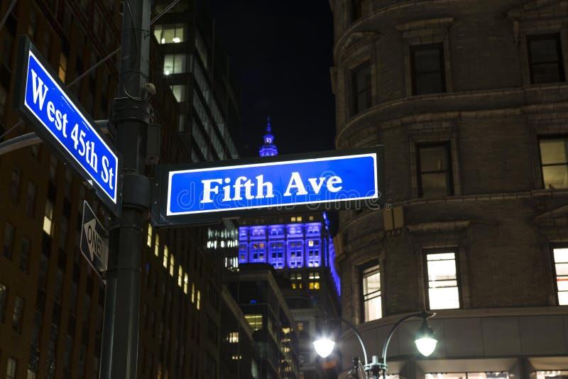 Взгляд низкого угла знака Нью-Йорка Пятого авеню стоковые изображения