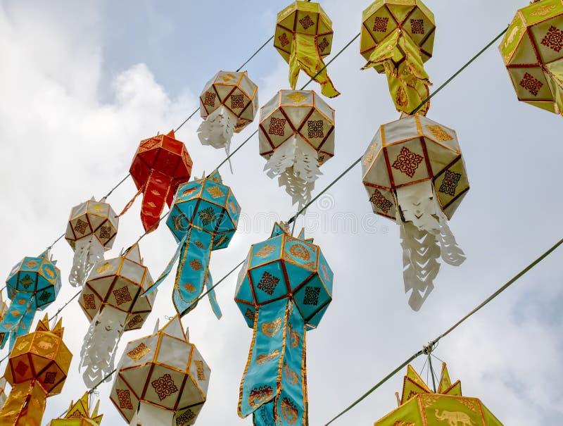 Взгляд низкого угла красочного традиционного тайского вися фонарика украшенного для торжества Нового Года стоковое изображение