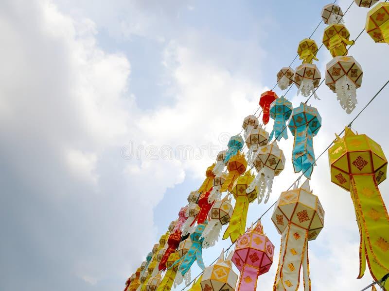Взгляд низкого угла красочных традиционных тайских вися фонариков украшенных для торжества Нового Года стоковые фото