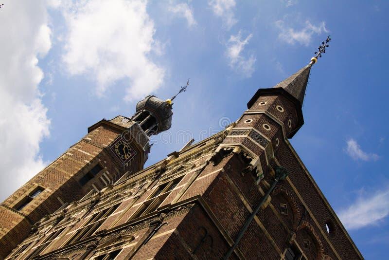 Взгляд низкого угла на башнях залы древнего города против голубого неба стоковая фотография rf
