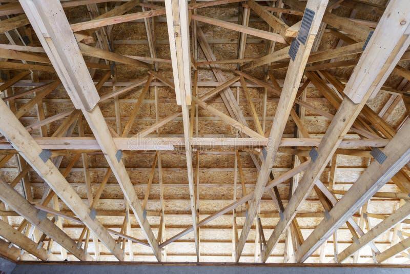 Взгляд низкого угла нового дома под конструкцией стоковые изображения