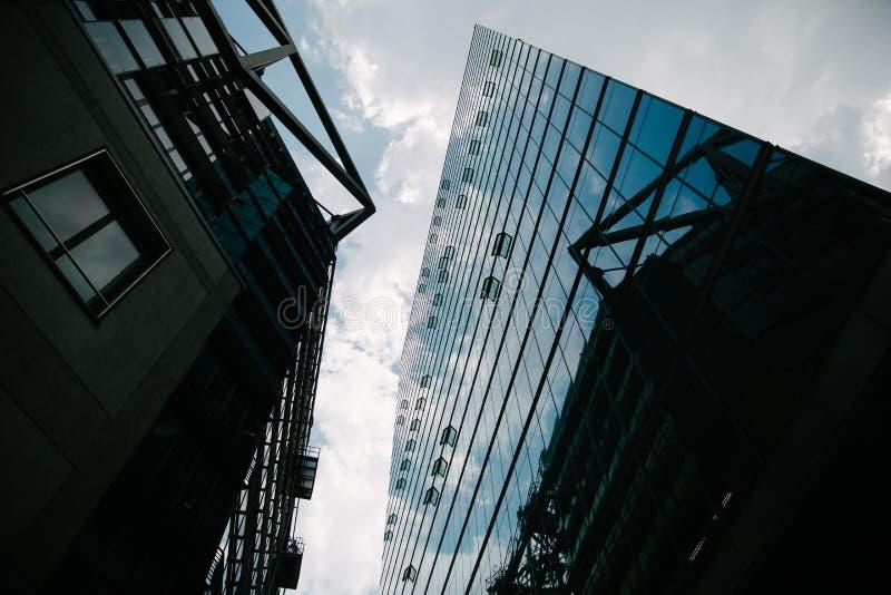 взгляд низкого угла современных небоскребов и голубого неба, Potsdamer Platz, Берлина, Германии стоковая фотография rf