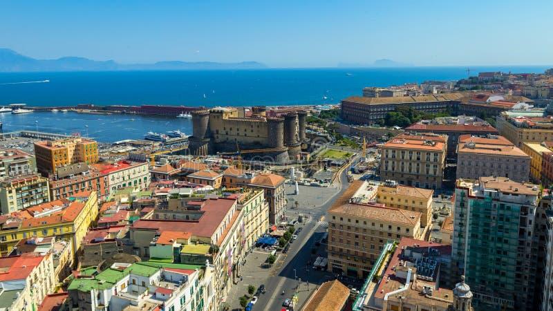 Взгляд нового замка в Неаполь стоковые фотографии rf
