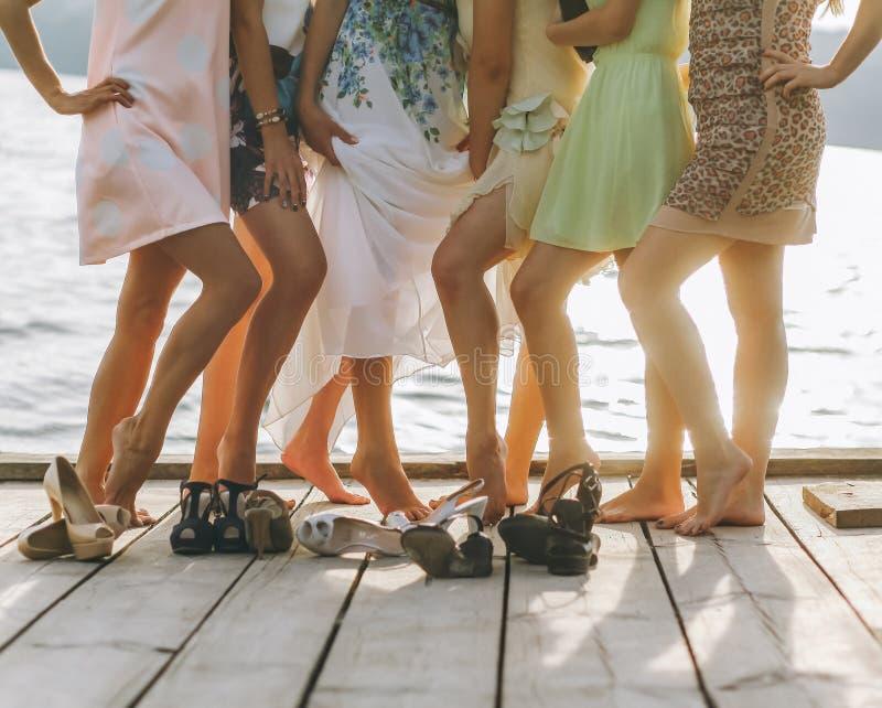 Взгляд ног друзей ослабляя и охлаждая внешних - молодые люди имея потеху совместно снаружи в историческом старом городском центре стоковое изображение