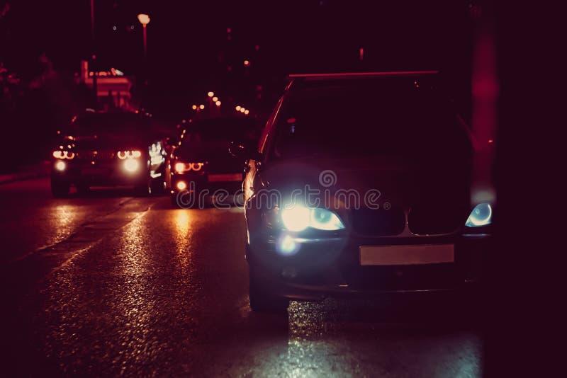 Взгляд ночи автомобилей Дорога в городе на ноче с желтым и красным электрическим светом для автомобилей во время они приходят дом стоковая фотография rf
