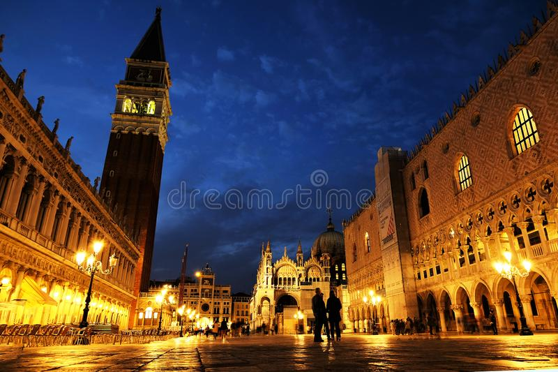 Взгляд ночи аркады Сан Marco St Mark квадратной, дворца Palazzo Дукале дожа в Венеции, Италии стоковое фото
