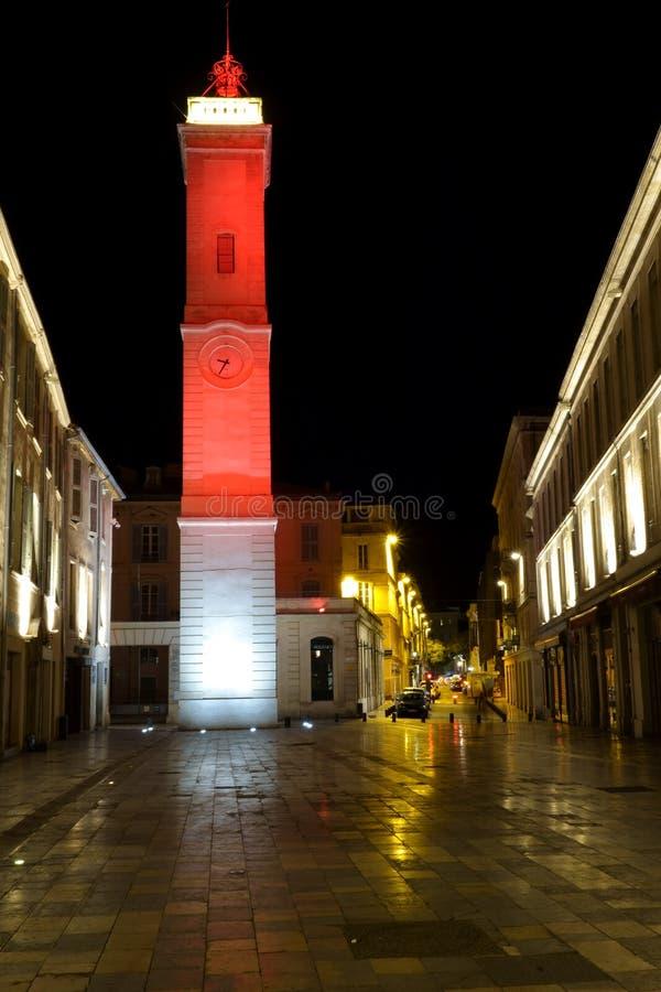 Взгляд ночи башни с часами, накаляя в красном цвете стоковое фото