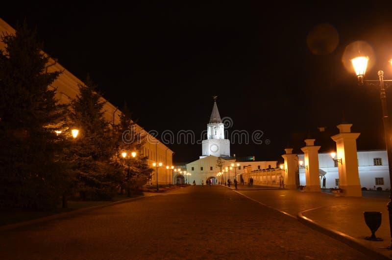 Взгляд ночи белой башни Казани Кремля от внутренней территории Освещение ночи Республика Татарстана, России стоковые фото