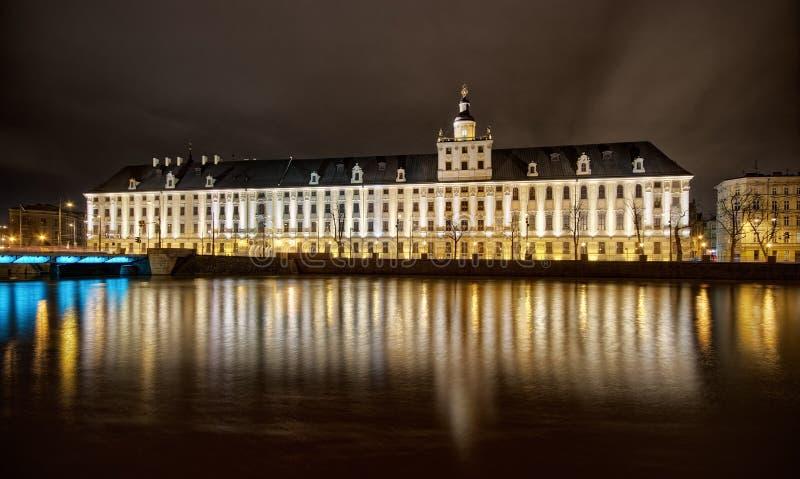 взгляд ночи большого здания стоковое изображение