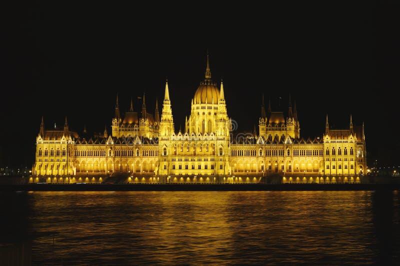 Взгляд ночи венгерского парламента стоковые фотографии rf