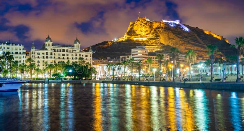 Взгляд ночи взгляда порта Аликанте с яхтами против замка Санта-Барбара на держателе Mongo в предпосылке стоковые фотографии rf