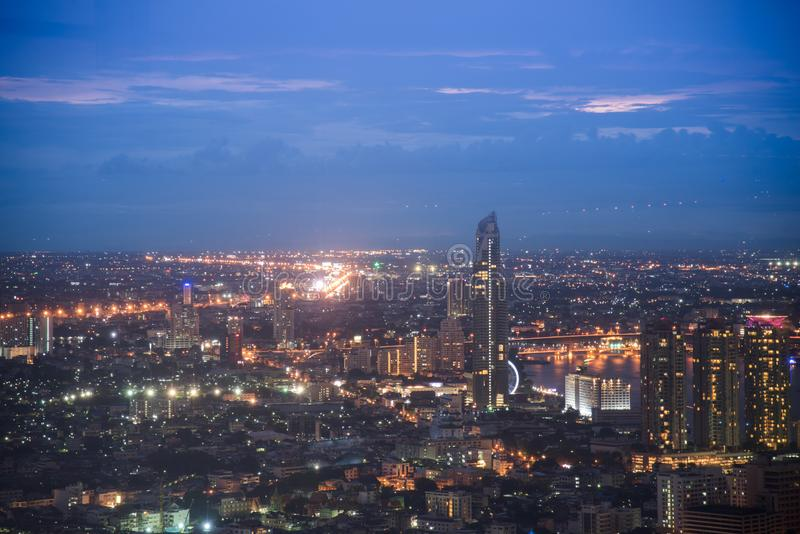 Взгляд ночи города Бангкока с главным движением Движение шоссе красивое вечером, взгляд глаза птицы в Бангкоке, Бангкоке, Таиланд стоковое изображение