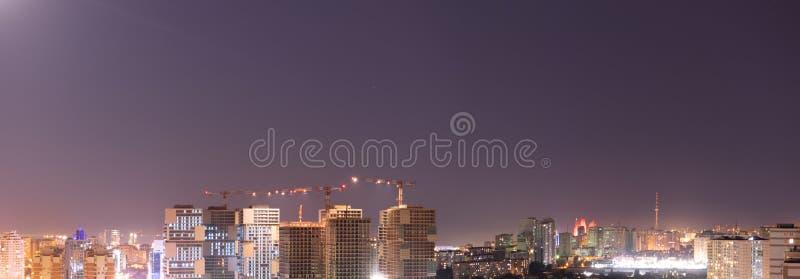 Взгляд ночи города Панорамный взгляд города, светов ночи и яркого Баку Баку Азербайджан стоковые изображения rf