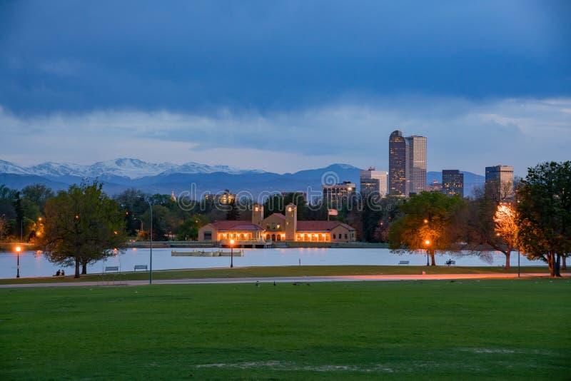 Взгляд ночи городского горизонта от парка города стоковые фото