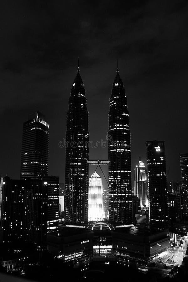 Взгляд ночи двойного Petronas возвышается, Куала-Лумпур, malays стоковая фотография