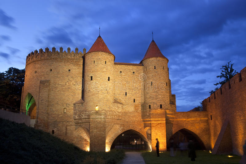 Взгляд ночи замока барбакана Варшава стоковое фото