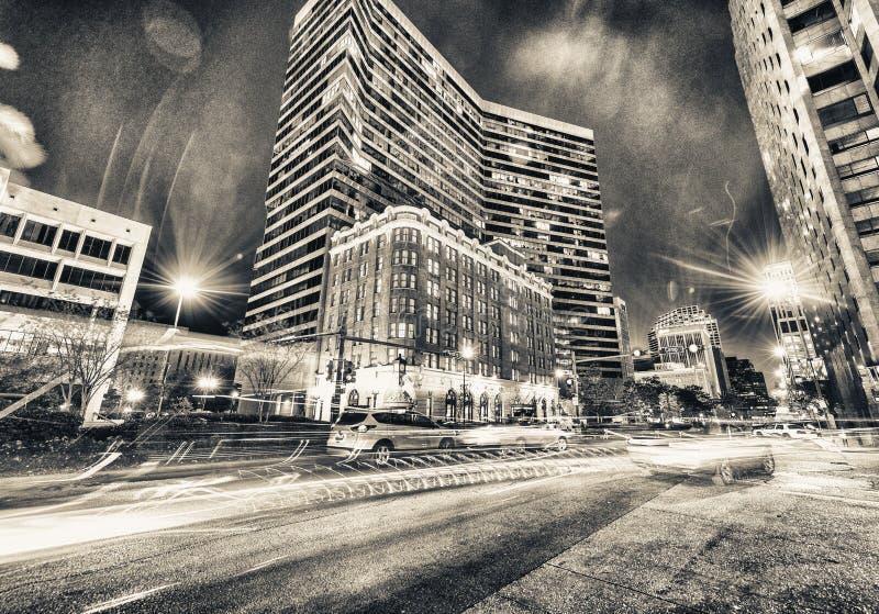 Взгляд ночи зданий Нового Орлеана от уровня улицы стоковая фотография
