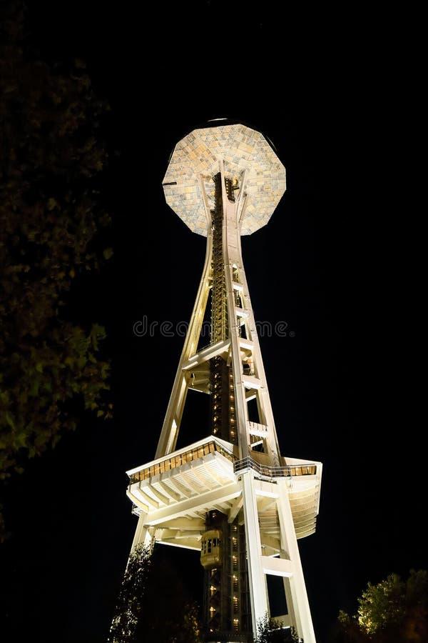Взгляд ночи иглы космоса в Сиэтл Вашингтоне стоковые фото