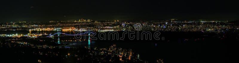 Взгляд ночи идущий сверху вниз сценарный на большом американском городе стоковые фотографии rf